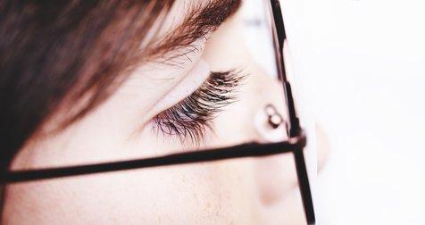 Mit dem richtigen Brillengestell ist für genügend Abstand zwischen Brillenglas und Wimpern gesorgt.