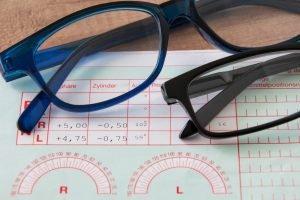 Bei ersten Sehschwächen sollte ein Sehtest beim Augenarzt weitere Krankheiten ausschließen