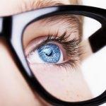 Wimpern kürzen wegen Brille? Was Brillenträger mit zu langen Wimpern tun können