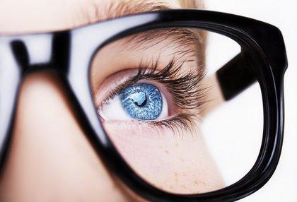 Was tun wenn lange Wimpern Brille berühren?
